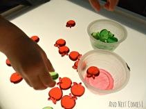 Tri et comptage des pommes sur la table de la lumière à partir Et Suivant Livré L