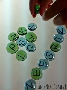 pierres de l'alphabet maison pour jeu de table à partir de la lumière et Vient ensuite L